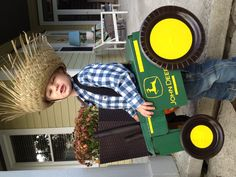 DIY Farmer costume and love those chairs in background Sibling Halloween Costumes, Homemade Halloween Costumes, Halloween 2017, Halloween Outfits, Diy Costumes, Halloween Kids, Costume Ideas, Farmer Costume, Farm Party