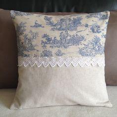 Housse de coussin shabby chic en toile de jouy et dentelle n°2 : Textiles et tapis par nymeria-creation