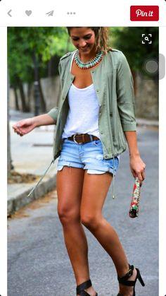 AMO este outfit para salir un dia que hace calor. Re simple. Una remera basica blanca una camperita simple verde un short de jean y una sandalia.