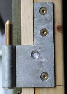 Hængsel monteret på dørstolpe for dør til skur Chair Bench, Diy Garage, Diy Door, Diy Woodworking, Table And Chairs, Door Handles, Architecture, Benches, Cottage