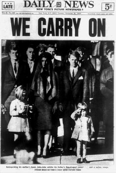 Former U. President John F. Kennedy was assassinated in Texas on November 1963 and 3 days later his tragic funeral was held. The November 1963 cover of the Daily News features the iconic photo of his children and wife at his funeral. Newspaper Headlines, Old Newspaper, History Facts, World History, Les Kennedy, Jackie Kennedy, Powerful Pictures, New York Pictures, New York Daily News