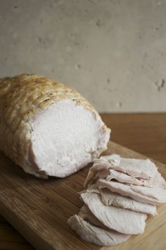 Deli Cold Cuts at Home: Basic Roasted Turkey Breast « Healthy Food For Living Homemade Sausage Recipes, Homemade Ham, Chicken Recipes, Turkey Ham, Sliced Turkey, Chorizo, Cut Recipe, Roast Turkey Breast, Cold Cuts