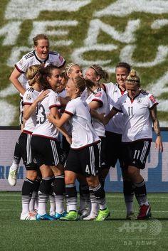 女子サッカーW杯カナダ大会・グループB、ドイツ対コートジボワール。得点を喜ぶドイツの選手(2015年6月7日撮影)。(c)AFP/Getty Images/Andre Ringuette ▼8Jun2015AFP|ドイツが10得点大勝、ノルウェーも白星 女子サッカーW杯 http://www.afpbb.com/articles/-/3051015 #2015_FIFA_Womens_World_Cup