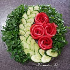 Best 12 La formalización de los cortes a la mesa de Año Nuevo. Fruit Salad Decoration, Vegetable Decoration, Food Decoration, Veggie Platters, Veggie Tray, Creative Food Art, Food Carving, Vegetable Carving, Food Garnishes