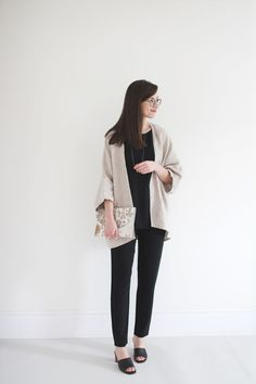 1 BASE - 4 LOOKS Style Bee - 1 BASE - 4 LOOKSPatroon baby voetenzak maxi cosi breien - Breimeisje. Looks Style, Style Me, White Turtleneck, Vogue, Mode Hijab, Denim Top, Work Attire, Capsule Wardrobe, Core Wardrobe