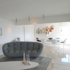 Los tonos claros del piso de  mármol Boticino y las paredes pintadas  en blanco permiten el contraste con la vista y con las obras expuestas.