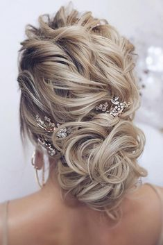 48 Mother Of The Bride Hairstyles ❤️ mother of the bride hairstyles curly low bun on curly blonde hair tonyastylist - New Site Prom Hairstyles For Long Hair, Bride Hairstyles, Messy Hairstyles, Formal Hairstyles, Gorgeous Hairstyles, Spring Hairstyles, Medium Hair Styles, Curly Hair Styles, Natural Hair Styles