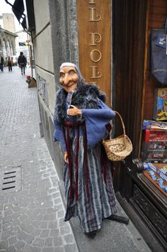 Rome at Christmastime, La Befana tradition - The Epiphany - January Italian Christmas Traditions, Italian Christmas Dinner, Italian Traditions, Christmas Pictures, Christmas Themes, Halloween Pin Up, Halloween Witches, Yule, Wicca
