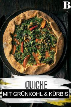 Grünkohl-Kürbis-Quiche. Wir haben die Portionen auf Hauptgericht-Grö�e angelegt; schneidet ihr die Stücke schmaler, wird der pikante Veggie-Kuchen zum Snack. Perfekt! #quiche #grünkohl #kürbis #kochen Superfood, Cooking Recipes, Healthy Recipes, Healthy Food, Japchae, Vegetable Pizza, Delish, Veggies, Keto