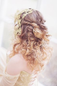Relaxed wedding hair with gold accents | photo by Sanshine Photography | www.sanshinephotography.com