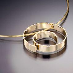 Spirale pendant with diamonds