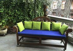 Progetto di STRA-DE STRATEGIC-DESIGN.  Una vecchia panca si rinnova  con un materassino e qualche cuscino.