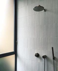 Cottage Home Interior E-post - Christin Persson - Outlook.Cottage Home Interior E-post - Christin Persson - Outlook White Bathroom Tiles, White Tiles, Bathroom Wall, Shower Tiles, Blue Tiles, Shower Door, Bathroom Ideas, Modern Bathroom Design, Bathroom Interior Design