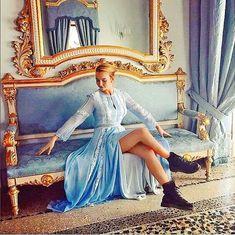 Looks Villanelle Killing Eve usando vestido romântico rendado azul. Villanelle's costumes for Killing Eve. Villanelle's printed dress with western boots. Liverpool, Streetwear, Only Fools And Horses, Lead Lady, Thriller, Jodie Comer, Grunge, Arizona Robbins, Celebs