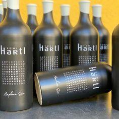 Amphore Ena heisst der neue Wein von Toni Hartl. Nach dem Prinzip der 3 u's; ungefiltert, ungeschwefelt und ungeschönt. Produktdesign by kreativquadrat #tonihartl #biodynamic #amphore #naturalwine #leithaberg #burgenland #austrianwine #naturpur #kreativquadrat #kreativ #thermenregion Product Design, Wine, Creative