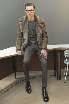 2015-11-04のファッションスナップ。着用アイテム・キーワードはグレースーツ, コート, スーツ(シングル), チャッカブーツ, ニット・セーター, ブーツ, メガネ, ランチコート,etc. 理想の着こなし・コーディネートがきっとここに。  No:130352