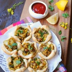 Puff pastry with spicy potato-peas filling. The ever popular Indian snack 'Samosa' with a twist. Indian Food Recipes, Vegetarian Recipes, Cooking Recipes, Thai Recipes, Cooking Ideas, I Love Food, Good Food, Yummy Food, Yummy Yummy
