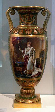 Manufacturado por Sevres,con la imagen de Napoleon  Museo de Berlin Porcelain Vase, Fine Porcelain, Antique China, Antique Vases, French Empire, China Painting, Vases Decor, Ceramic Art, French Antiques
