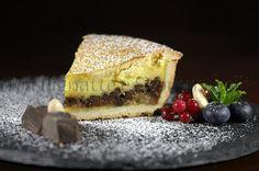 Piccola torta con crema, banane caramellate e gocce di cioccolata