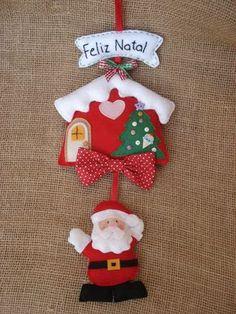 Ho Ho Ho deixe sua casa mais colorida e em clima de natal com esse lindo enfeite de porta em feltro e tecido! <br> <br>***pode ser confeccionado em outras cores, consulte-nos! <br>*** verificar disponibilidade do tecido usado na produção da peça da foto. <br> <br>Tamanho da peça: <br>Casinha - 13 cm alt x 12 cm larg <br>placa Feliz Natal - 3,5 alt x 11 cm largura <br>papai noel - 6cm alt x 6,5cm largura (aproximadamente)