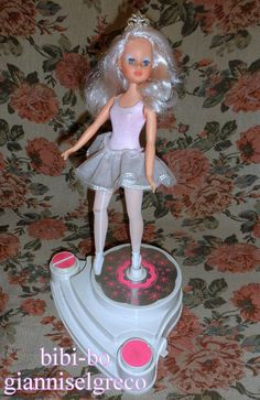 Den bibi-bo ballerina med den officielle uniform af ballerina. Bibi-bo ballerina med den officiella uniform ballerina. Den bibi-bo ballerina med den offisielle uniform av ballerina. Bibi-bo ballerina virallisen yhtenäinen ballerina.
