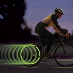 Safety first, dass gilt auch im Straßenverkehr 😉 Mit dem Fahrrad Speichenlicht von SpokeLit siehst du nicht nur cool aus, sondern fährst auch sicher. Ein kleines aber wichtiges Gadget für dein Bike.  #Spokelite #LEDlight #Fahrrad #Bicycle #Gadgets #Geschenke #Geschenkideen #Devallor