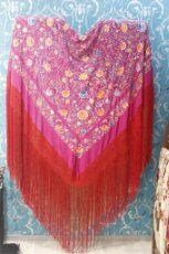 Mantón de Manila antiguo de seda natural bordado a mano con fleco anudado a mano.