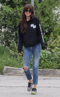 Dakota Johnson from The Big Picture: Today's Hot Photos Casual cutie! The actress goes out for a walk with her friend in Los Angeles. Estilo Dakota Johnson, Dakota Johnson Street Style, Dakota Style, Dakota Jhonson, Looks Style, Casual Looks, My Style, Photographie Portrait Inspiration, Celebs