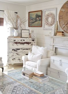 The Shabby Chic décor style popularized by Rachel Ashwell and Arhaus seeks to have an opulent vintage look. Shabby Chic furniture is given a distressed look by covered in sanded milk paint. Shabby Chic Living Room, Shabby Chic Homes, Shabby Chic Furniture, Shabby Chic Apartment, Rustic Furniture, Shabby Home, Furniture Ideas, Rustic Shabby Chic, Luxury Furniture