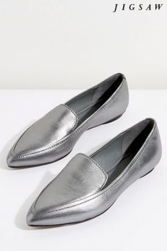 These Camber flats from Jigsaw are simply beautiful. They have a pointed toe, subtle stitch detailing and contrast inserts on the front panel. Other features include a leather sole with rubber island for durability. Wear with your tailored or weekend wardrobe.