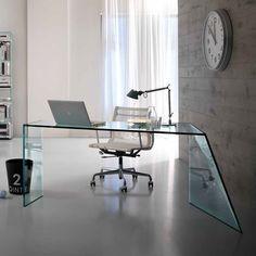 La mesa de oficina PENROSE DESK parece descansar en un punto. La unión de las placas de vidrio - fnely fnished en el corte oblicuo de cada borde - hace magia: el vidrio se vuelve más ligero y se dobla sobre sí misma, quedando en perfecto equilibrio. PENROSE DESK es la metáfora estética y funcional del desafío de la humanidad para superar la naturaleza y su equilibrio mediante el uso de vidrio.  Diseñado por Isao Hosoe como novedad para el año 2013. Producto fabricado en vidrio transparente…