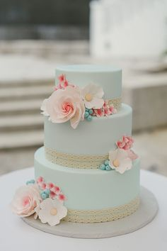 Coral and mint wedding cake for a vintage wedding. Get inspired by the full real wedding feature on SingaporeBrides | Whimsical Retro Wedding in Alkaff Mansion, Singapore