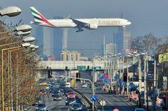 Doskonałe zdjęcie Boeinga lecącego nad Warszawą. Zobacz, czym zachwyca się świat