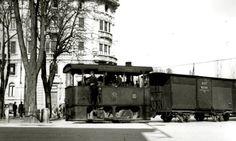 1932 - Il locomotore n.105 tipo Couillet (Gamba de légn) della Società Anonima Ferrovie del Ticino si immette in Viale Matteotti, proveniente da Viale XI Febbraio e con destinazione Piazza Petrarca. Sullo sfondo palazzo Devoti.