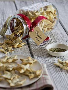 Découvrez ma recette de crackers à l'origan en forme d'étoiles. Parfaits pour égayer un apéro de fête ou à offrir dans un joli bocal !