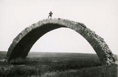Max Von Oppenheim sur un pont Romain à Mossul en Irak