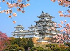 The main tower of the Himeji Castle, aka the white heron castle, surrounded by Sakura cherry blossoms. Popular sightseeing location, listed as an UNESCO world heritage. Hyogo, The Places Youll Go, Places To See, Cherry Blossom Japan, Cherry Blossoms, Himeji Castle, Japanese Castle, Japan Travel Tips, Japan Travel