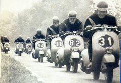 Corsa in vespa Piaggio Vespa, Lambretta Scooter, E Scooter, Scooter Girl, Vespa Scooters, Vintage Vespa, Vintage Italy, Vespa 300, Vespa Motorcycle