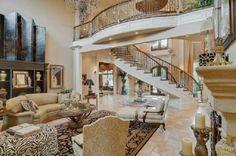 breites wohnzimmer  treppe teppich sofa sessel tisch stehlampe
