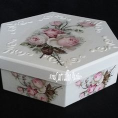 Decoupage Box, Decoupage Vintage, Upcycled Crafts, Diy And Crafts, Mod Podge Crafts, Box Roses, Pretty Box, Altered Boxes, Jewellery Boxes