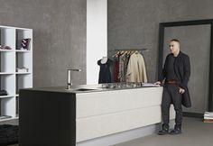 Reinaldo Lourenço traduz as infinitas texturas do chamalote para sua coleção exclusiva Dell Anno, inspirada no glamour associado ao tecido.