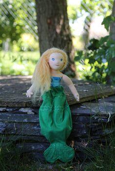 Baletka či mořská panna? Každopádně 33 cm vysoká jemná panenka je ručně šitá z přírodních materiálů a je plněná ovčí vlnou. Panna, Elsa, Disney Characters, Fictional Characters, Dolls, Christmas Ornaments, Disney Princess, Holiday Decor, Art
