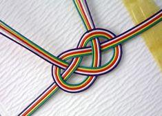 のし袋 五色 五色は、『魔よけ』の意味があります。 お寺の落慶(お寺の新築)などの御祝の時、五色の幕を張ります。 また、端午の節句の鯉のぼりの吹き流しにも、この五色が使われています。 このようなところから、出産祝い、入学祝い、入園祝い、お寺の御祝(落慶祝いなど)、 神主様への御礼、地蔵盆のお供などに使うと良いのです