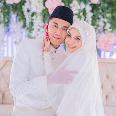Sweet dorang ni macam gula ❤️❤️ . . Solemnization @fidajamaluddin + @adykasim . . . Makeup artis @dyanajasni . . Dress @mode.miroljonit . .… Muslim Wedding Photos, Wedding Poses, Wedding Photoshoot, Wedding Couples, Muslimah Wedding Dress, Muslim Wedding Dresses, Malay Wedding Dress, Javanese Wedding, Foto Wedding