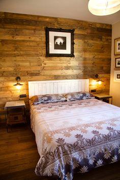 Pared hecha de palets. Pallet wall Bed Back, Bedside Lamp, Luxurious Bedrooms, Ideas Para, Cushions, Luxury, Furniture, Home Decor, Mary
