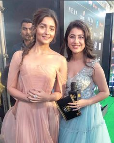 Alia Bhatt's Candid Moments As She Wins The Best Actress Award At - HungryBoo Bollywood Outfits, Bollywood Girls, Bollywood Stars, Bollywood Fashion, Bollywood Actress, Teen Celebrities, Indian Celebrities, Celebs, Stylish Photo Pose