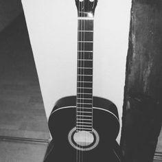 Lerne ab jetzt das Gitarre spielen :)