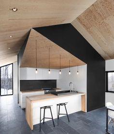 credence cuisine moderne en noir et cuisine contemporaine en blacn, noir et vois, sol carrelage gris, ilot bois et blanc, suspensions industrielles