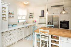 רוצים להרגיש נעים בבית? הכללים שיעזרו לכם לעצב בית יפה, נעים ונוח! Kitchen Room Design, Kitchen Cabinet Design, Kitchen Tiles, New Kitchen, Kitchen Decor, Kitchen Cabinets, Kitchen Designs, Classic Kitchen, Small Kitchen Storage