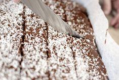 Skikkelig saftig sjokoladekake i langpanne Food And Drink, Cooking Recipes, Bread, Cake, Chef Recipes, Brot, Kuchen, Baking